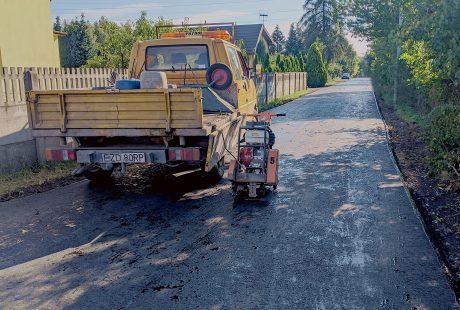 Pojazd pracowników drogowych zaparkowany na ulicy Dziewiarskiej w Zduńskiej Woli.