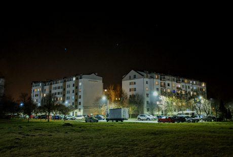 Na zdjęciu bloki Osiedla Południe oświetlone po zmroku.