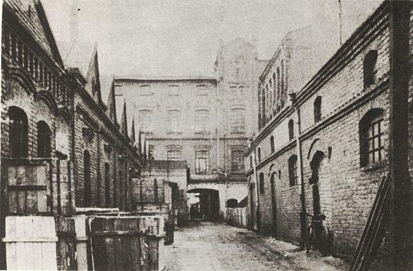 Historyczne zdjęcie dziedzińca fabryki