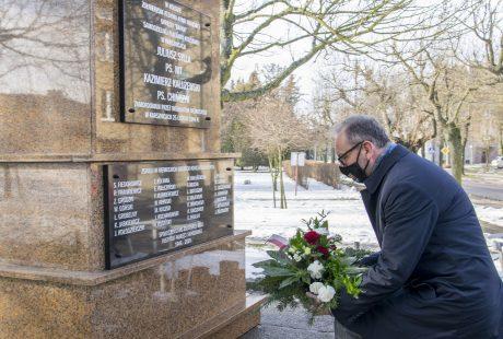 Prezydent Konrad Pokora składa kwiaty pod pomnikiem żołnierzy AK w Karsznicach