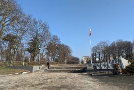 Zdjęcie przedstawia wejście na Pasaż im. Feliska Rajczaka - od strony ul. T. Kobusiewicza