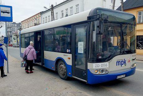 Pasażerowie wsiadający do autobusu MPK Zduńska Wola.