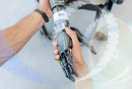 Ludzka dłoń ściska dłoń robotyczną.
