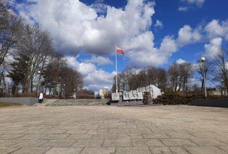 Aleja Rajczaka, widok na pomnik i maszt z flagą narodową