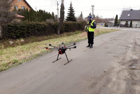 Strażnik nawiguje dron, który startuje z polnej drogi