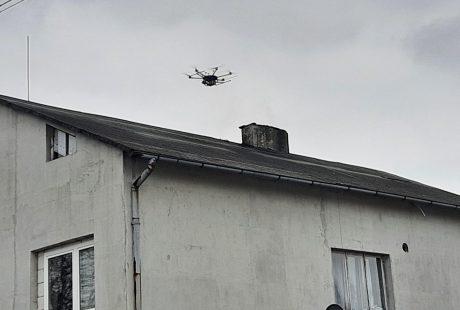 Dron nad kominem