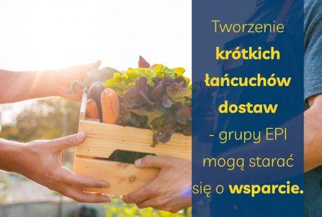 Mężczyzna trzyma skrzynkę z warzywami