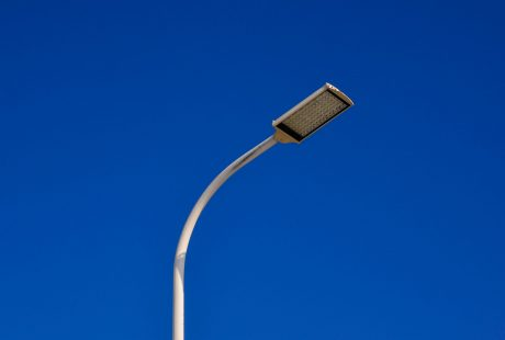 Latarnia LED na tle niebieskiego nieba