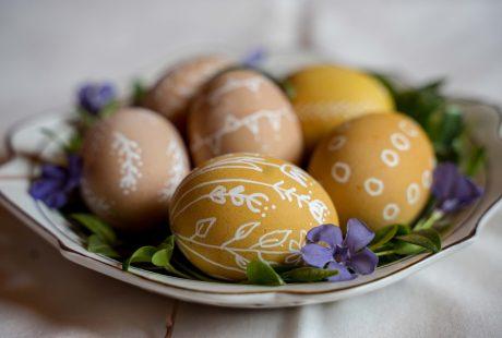 Jajka - pisanki wielkanocne leżą na talerzu