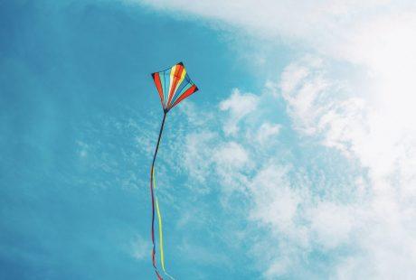 Kolorowy latawiec na niebie
