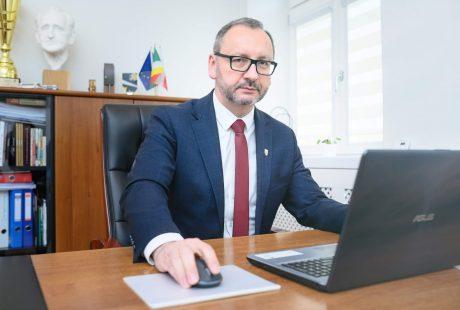 Prezydent Konrad Pokora siedzi za biurkiem