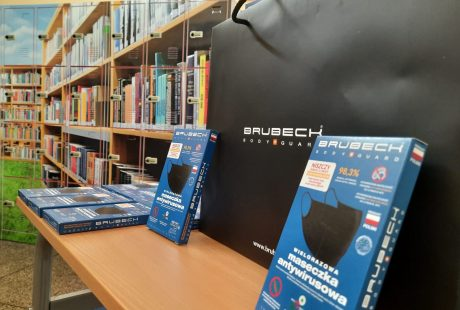 Na zdjęciu widać maseczki dla uczniów wracających do szkół